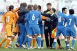 图文-[中超]青岛中能0-0上海申花 双方队员起冲突