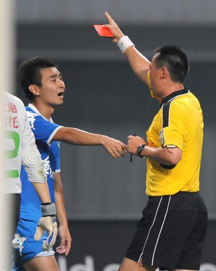 图文-[中超]长沙金德1-1北京国安红牌已出下场吧