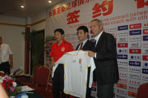 图文-亚泰新帅签约新闻发布会新教练班子成立了