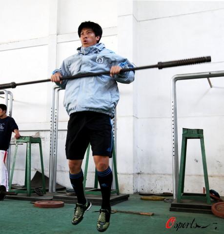 图文-大连球员常规训练后开小灶张耀坤一丝不苟