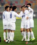图文-天津泰达VS重庆力帆王新欣与队友庆祝进球