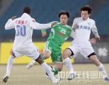 图文-[中超]北京国安VS江苏舜天郭辉比赛中遭夹击