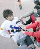 图文-长春亚泰2-0成都谢菲联杜震宇被媒体包围