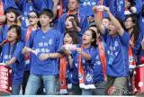 图文-[中超]深圳队0-2大连实德球迷用钞票讽刺裁判