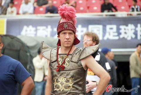 图文-成都谢菲联VS北京国安惊现古代武士球迷