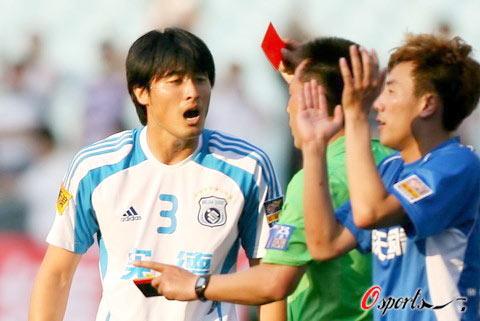 图文-[中超]江苏舜天2-1大连实德杨林被红牌罚下