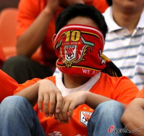 图文-球迷不满鲁能亚冠出局标语发泄不想再见泰山