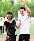 图文-长春亚泰走进大学校园王鹏与模特表演时装秀