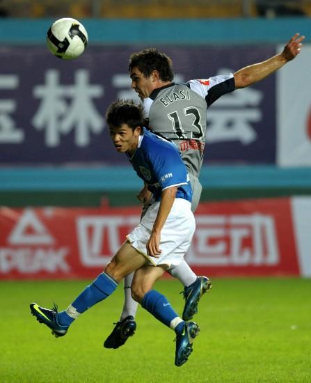 图文-[对抗赛]广药2-1墨尔本对手力压李建华头球
