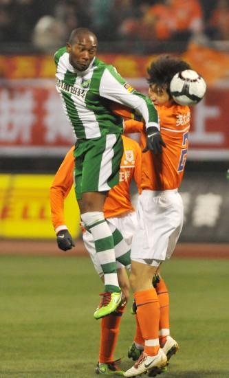 图文-[中超]山东鲁能4-2杭州绿城萨比伦争抢头球