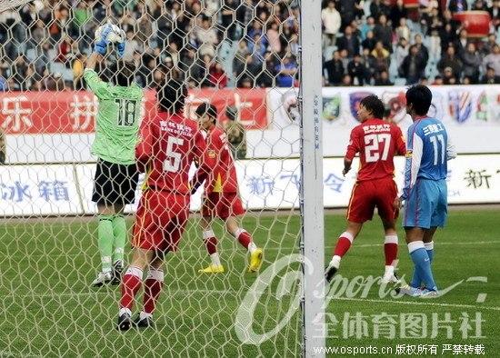 图文-[中超]江苏舜天1-2长春亚泰安琦果断接球