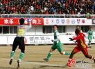 图文-[中超]长春亚泰VS北京国安 挑过门将头顶