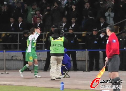 图文-[亚冠]国安VS川崎乔尔与球迷分享进球