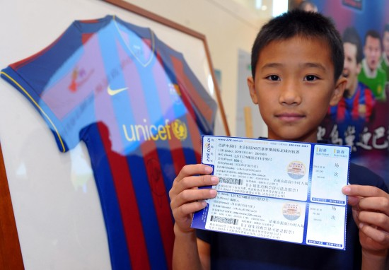 图文-全明星巴萨8月来华 巴萨小球迷展示球票