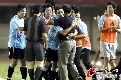 图文-[中超]河南VS大连大连球员教练庆祝进球