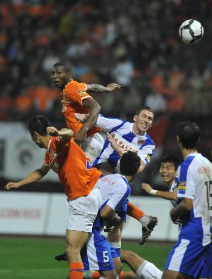 图文-[中超]山东鲁能3-2深圳红钻双方球员门前混战