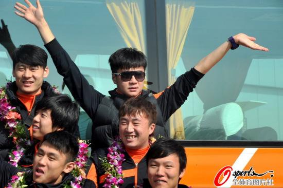 图文-鲁能携冠军头衔回归齐鲁大地李金羽高挥双手