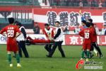 图文-[中超]河南建业0-1天津泰达 裁判要干什么?