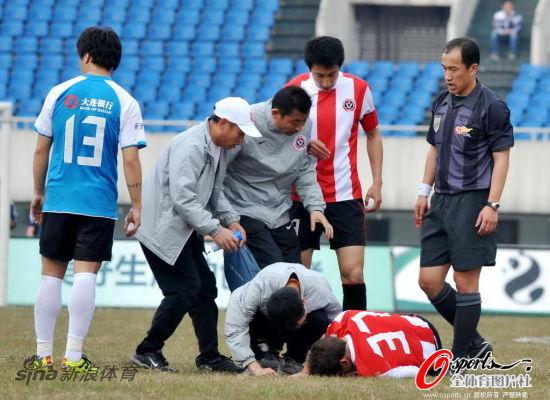 刘宇受伤倒地