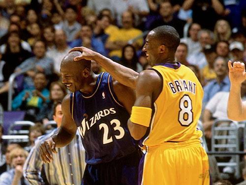 """NBA老照片-新老飞人再聚首科比""""爱抚""""乔丹光头"""
