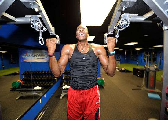 图为-健身房霍华德打造苦练成超人表情如此狰狞哭表情蹬腿图片包图片