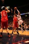 图文-[NBA常规赛]火箭VS网队卡特篮下单打麦蒂