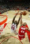 图文-[NBA常规赛]活塞VS火箭海耶斯抢下篮板球