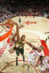 图文-[NBA]超音速89-96火箭托马斯上篮遭封盖