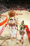 图文-[NBA]超音速89-96火箭姚明轻松抢下篮板