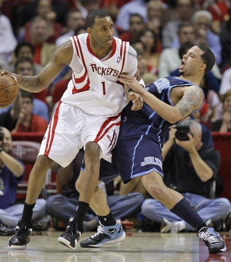 图文-[NBA季后赛]爵士vs火箭德隆对麦蒂贴身紧逼