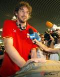 图文-西班牙男篮胜利归国 加索尔回家露可爱表情
