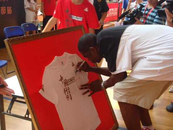 图文-穆托姆博中国行成都站穆托姆博在T恤上签名