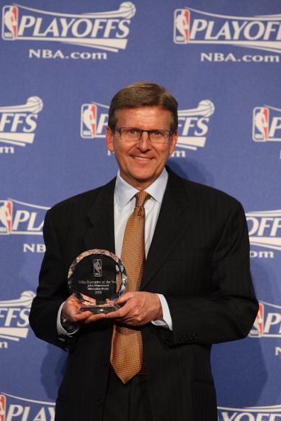 图文-哈蒙德当选NBA年度最佳总经理展示奖杯