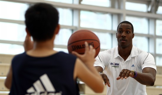 图文-霍华德助阵少年NBA城市训练营魔兽亲自示范