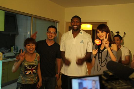 图文-阿泰现身球迷家尝试包饺子一起来个合影