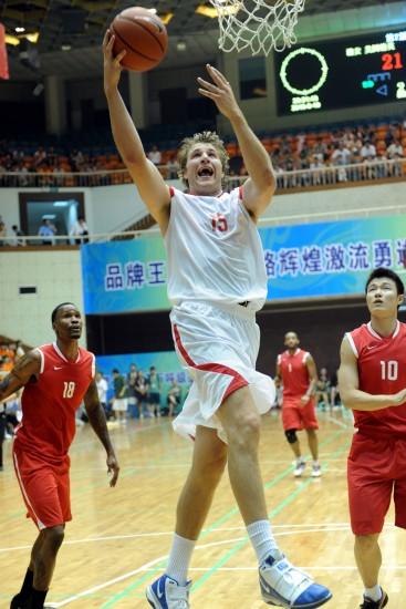 """图文-2010""""潞安杯""""篮球邀请赛开赛上篮表演"""