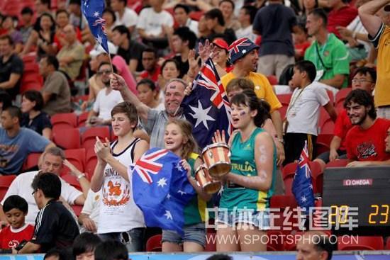 图文-青奥女篮3对3赛澳大利亚进四强美女球迷助威