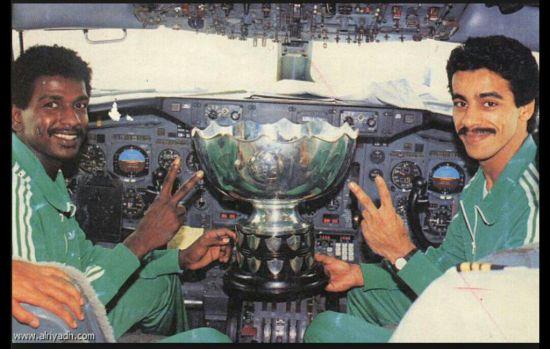 马吉德驾驶私人飞机回沙特吉达的老家,飞机上搭载着带着亚洲杯。