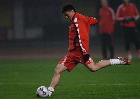 图文-国奥队长沙备战中美友谊赛标兵李玮峰埋头苦练