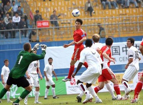 图文-[热身赛]中国国奥3-3美国国奥李玮峰头球攻门