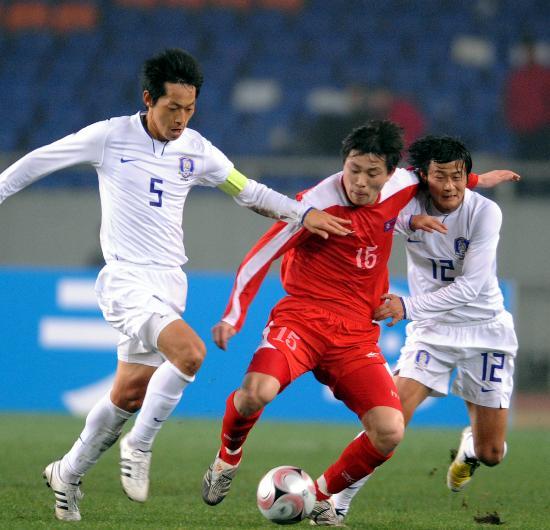 图文-[东亚四强赛]韩国1-1朝鲜 金永俊以一敌二