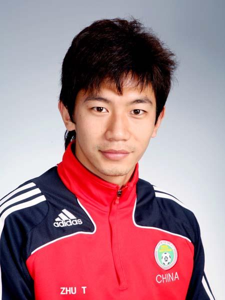 图文-中国男足奥运代表团 前锋球员朱挺