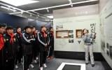国家队球员参观清华校史馆