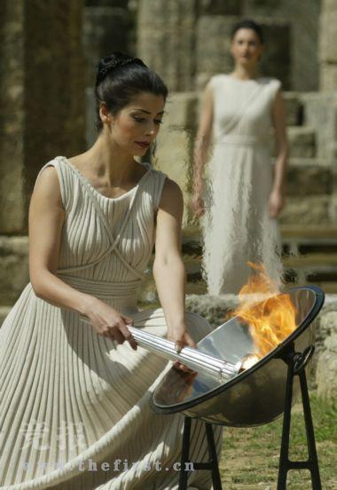 女祭司如何点燃奥运圣火点燃 仪式与古希腊相同