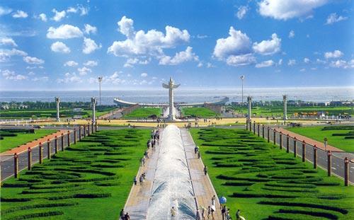 星海广场:亚洲最大的广场 百年城雕镶嵌南海岸