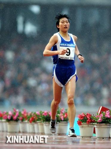 陈荣折桂好运北京女子马拉松赛 游客行人冒雨观战
