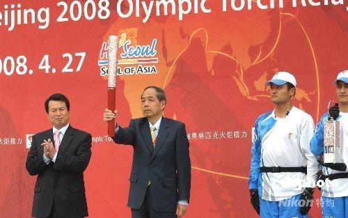 图文-北京奥运会圣火在首尔传递 李炳华高举祥云