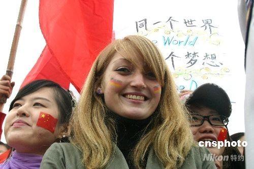 图文-北京奥运圣火在首尔传递 德国留学生欢迎圣火