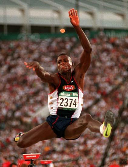 资料图-奥运史上精彩瞬间 刘易斯获三级跳远冠军