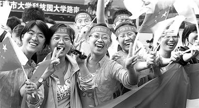 100多名孤残儿童母亲焦桂云:让孩子们摸一摸火炬